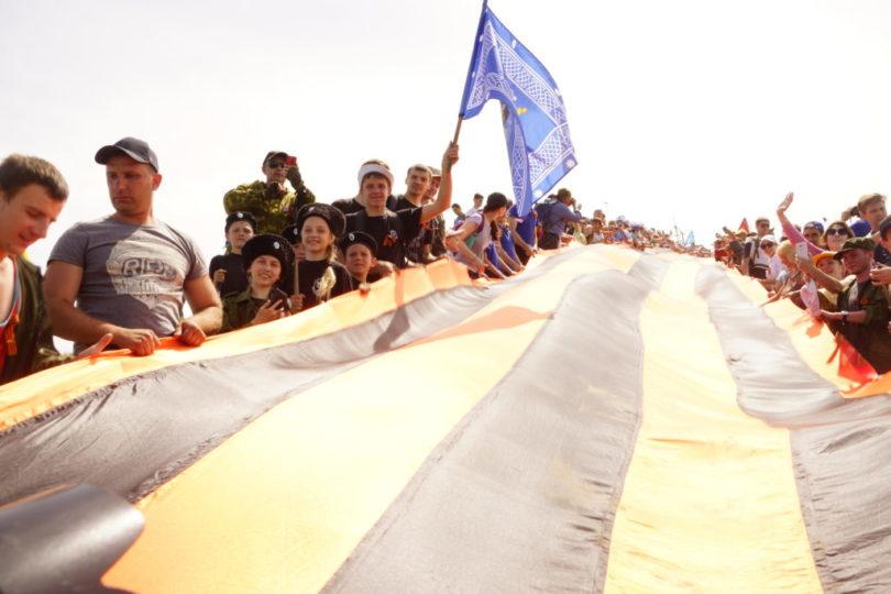 73-метровую Георгиевскую ленту казачата развернули на Бештау