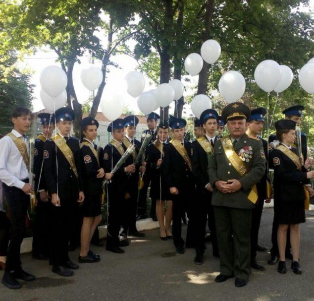 Выпускники празднуют и получают дипломы, а казаки — дружинники обеспечивают охрану порядка