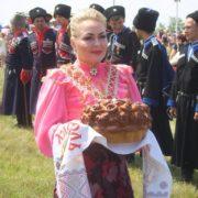 Скачки в Изобильненском районе в День России открыли и охраняли казаки