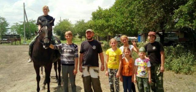 Юные казачата Нефтекумского района получают навыки верховой езды