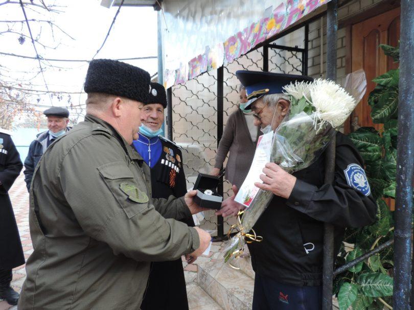 Новоселицкие казаки поздравили с 80-летием своего первого «батьку»
