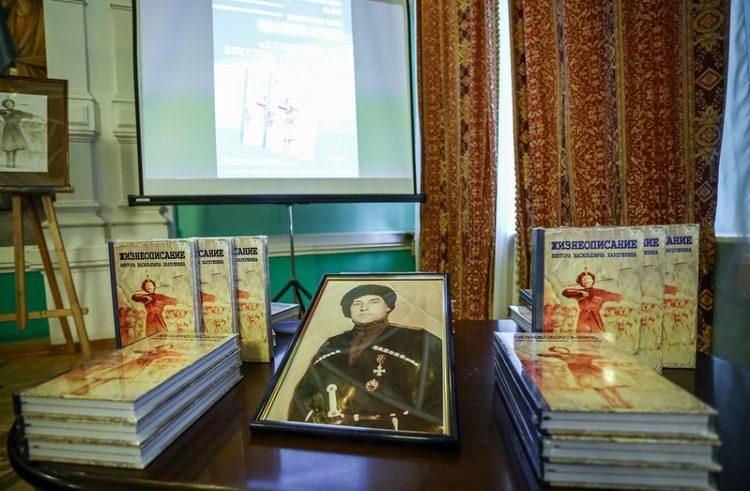 На обложке книги – животворящий крест казачьего танца