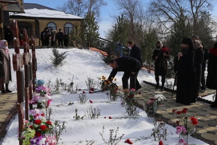 Казаки Кизляра молитвенно помянули жертв теракта в храме три года назад