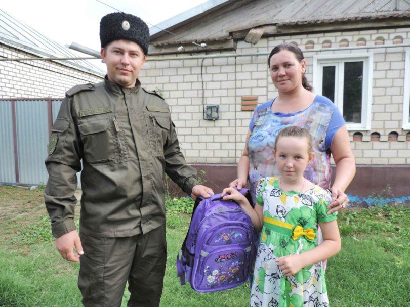 Казаки села Новоселицкого помогают многодетным и малоимущим семьям собрать детей в школу